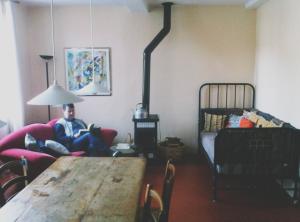 Sofa, Kissenbett und Holzofen