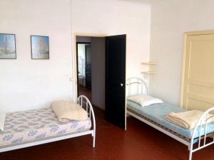 Schlafzimmer mit zwei Betten